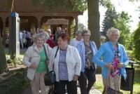 Seniorzy przed  Kaszubskim Domem Rękodzieła Ludowego