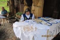 Swoje prace wystawiają tu miejscowi rękodzielnicy - na zdjęciu Krysyna Kręcka prezentuje kaszubskie hafty