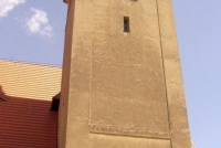 Widoczne na fotografii otwory na kościelnej wieży to ślady po strzałach oddanych z niemieckich karabinów maszynowych w dniu rozpoczęcia II wojny światowej