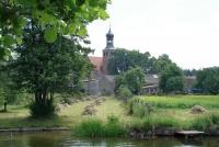 Widok na Kościół pw. św. Barbary i okoliczne zabudowania