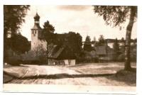 Widok na kościół z drogi na Owink. W głębi stary kościół z XVII w i stary dom Miszewskich.
