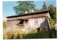 Pierwsza szkoła- stary dom Państwa Wiśniewskich. Fotografia pochodząca z 1999 roku