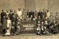 Zdjęcie grupowe uczniów ze szkoły w Zaniach pochodzące z 1927 roku