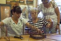Instruktorzy cierpliwie tłumaczą, jak wykonać koszyk
