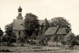 Na starej fotografii widoczne dwa kościoły pw. św Barbry - kościół drewniany oraz murowany pełniący swą funkcję do dnia dzisiejszego