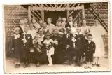 Pierwsza Komunia Święta Maksymiliana Mogi- w tle budynek szkoły na Wielkich Zaniach
