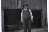 Walerian Łosiński przy zabudowaniach tartaku w Chocińskim Młynie